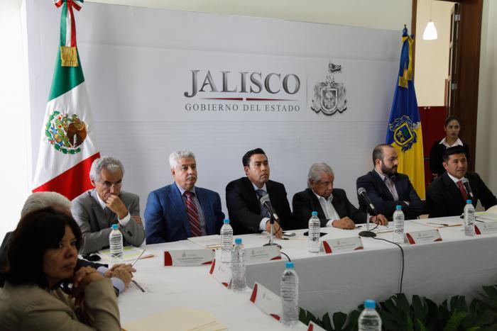 Fotografía de los secretarios de SEPAF, SIOP y Contraloría sentados con una imagen de fondo del logo de Gobierno del Estado de Jalisco